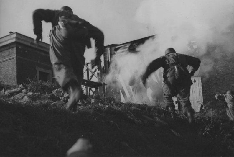 Немецкие парашютисты во время боя в голландской деревне Мурдейк. Бельгия 12 мая 1940 г.