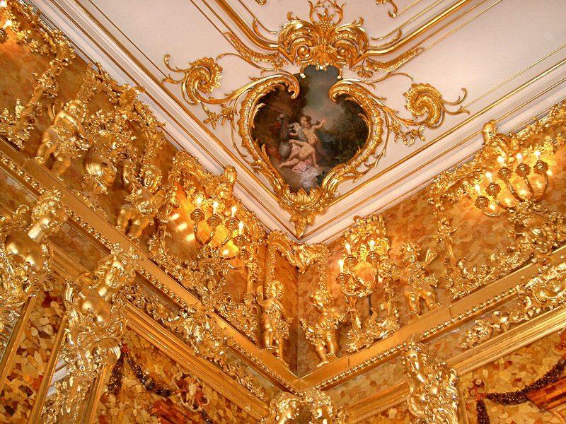 Фрагменты верхней части стеновых янтарных панелей.
