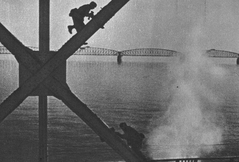 Немецкие парашютисты разминируют мост Мурдейк через реку Маас. Бельгия 12 мая 1940 г.