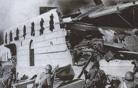 Японцы штурмуют Северный вокзал в центре Шанхая. 1937 г.