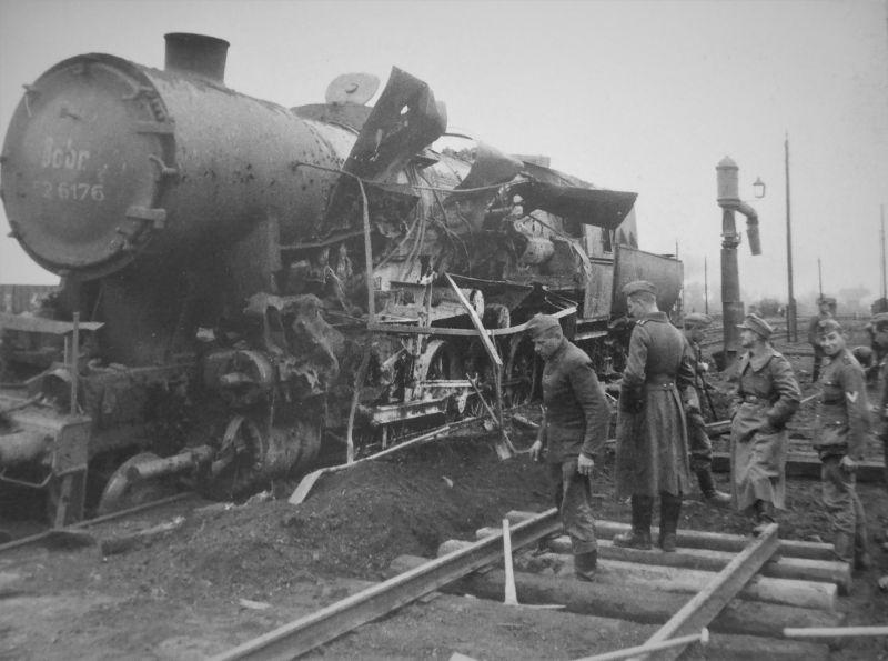 Немецкие солдаты засыпают воронку и ремонтируют полотно у подорванного паровоза. Октябрь 1943 г.