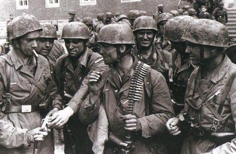 Немецкие десантники перед фортом Эбен-Эмаэль. Бельгия, май 1940 г.
