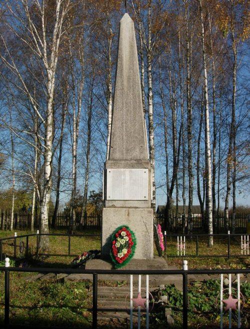 д. Алушково Краснинского р-на. Обелиск, установленный в 1967 году в честь погибших земляков.