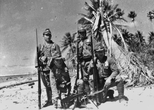 Солдаты военно-морского десанта «Йокосука» на острове Макин в архипелаге островов Гилберта. 1943 г.