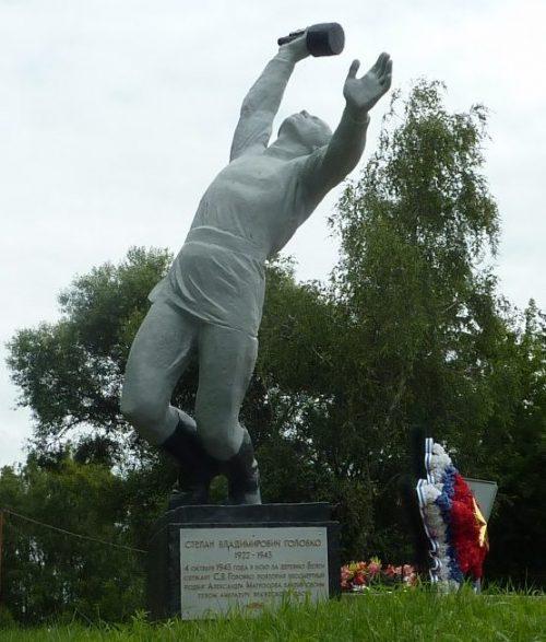 д. Белеи Краснинского р-на. Скульптура С.В. Головко, установленная в 1979 году, повторившего в 1943 году подвиг Александра Матросова, закрыв своим телом амбразуру вражеского дзота.
