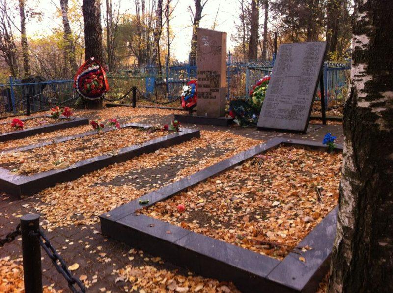д. Быково Вяземского р-на. Братские могилы, в которых похоронены советские воины, погибшие в годы войны.