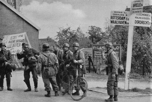 Немецкие десантники под Роттердамом. Май 1940 г.