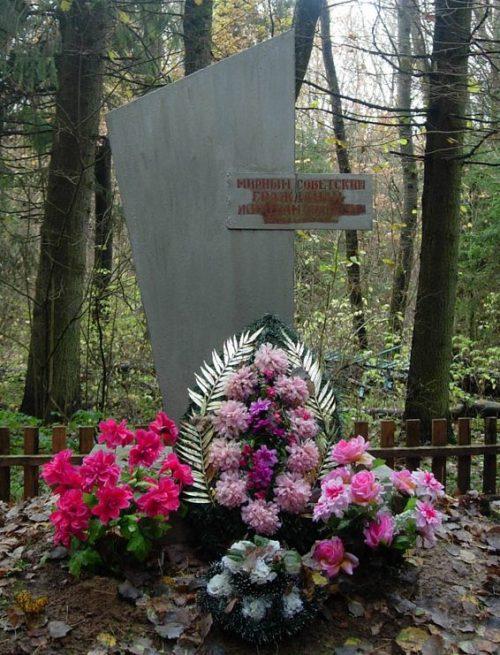 д. Бурневщина Краснинского р-на. Обелиск установлен в 1984 года на месте расстрела мирных советских граждан.