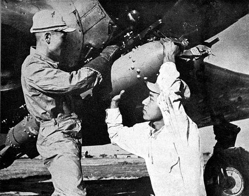 Подвеска 60-килограммовой бомбы на бомбардировщик «Накадзима» B5N. 1943 г.