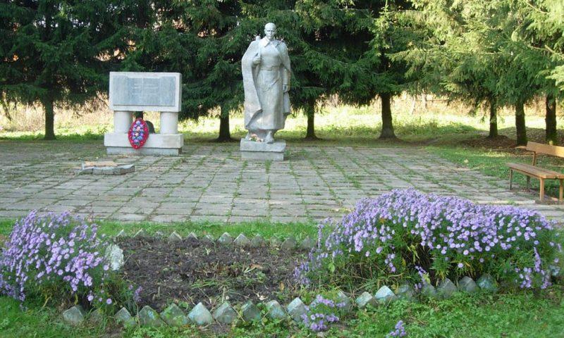 д. Викторово Краснинского р-на. Памятник, установленный в 1986 году в честь погибших односельчан.
