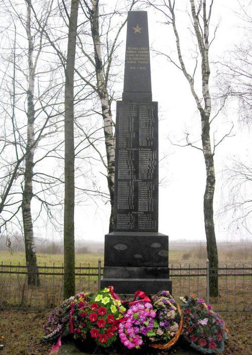 д. Гребени Краснинского р-на. Обелиск, установленный в 1967 году в честь погибших земляков.