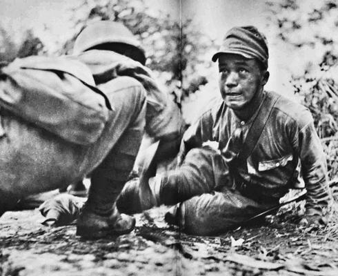 Раненый солдат во время битвы при Исураве. Август 1942 г.