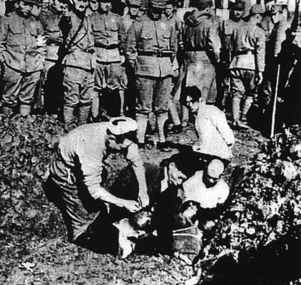 Резня в Нанкине. Солдаты заживо хоронят гражданских китайцев. Декабрь 1937 г.