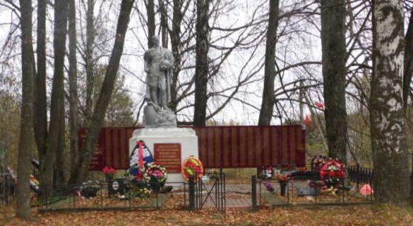 д. Максимово Демидовского р-на. Могила советского летчика, погибшего в бою с оккупантами в 1943 году.