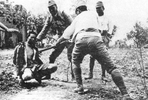 Китайца убивают штыками. Нанкин, декабрь 1937 г.