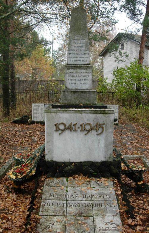 п. Гусино Краснинского р-на. Памятник, установленный в 1978 году на братской могиле, в которой похоронено 270 жертв оккупантов.