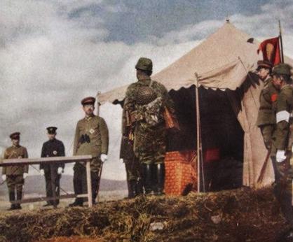 Император Хирохито беседует с офицером императорской гвардии. Япония, 1943 г.