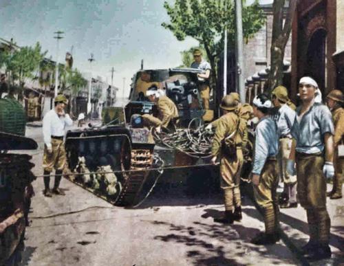 Японцы у захваченного танка Виккерса во время битвы за Шанхай. 1937 г.