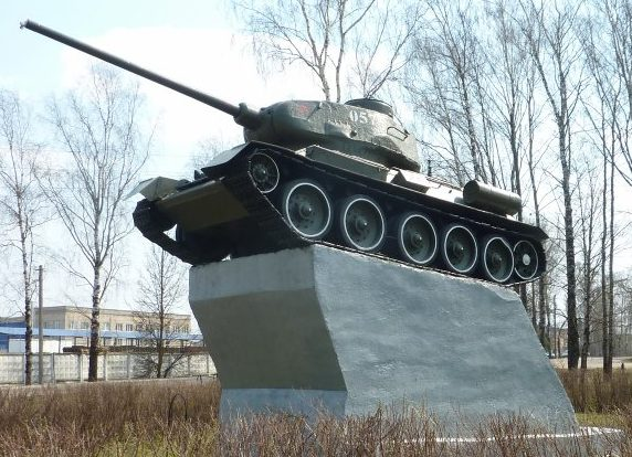 п. Красный Краснинского р-на. Памятник-танк воинам-танкистам, установленный в ознаменование подвига советских танкистов 57-й танковой дивизии.