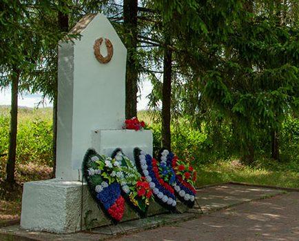 п. Красный Краснинского р-на. Памятный знак жертвам фашизма.
