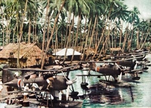 Разведывательные поплавочные самолеты Mitsubishi F1M2 на острове Рабаул. 1942 г.