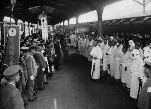 Встреча раненых японских солдат на железнодорожном вокзале в Токио. 1937 г.