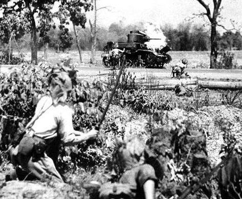 Горящий британский танк М3. Индия 1943 г.