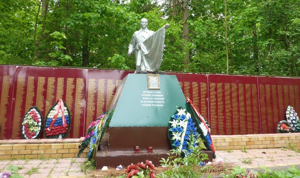 п. Пржевальское Демидовского р-на. Памятник, установленный на братской могиле, в которой похоронено 2 728 советских воинов.