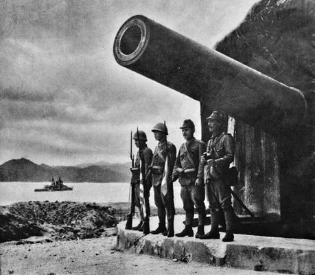 Солдаты позируют у захваченного орудия крепости Сямэнь Круп. Китай, май 1938 г.