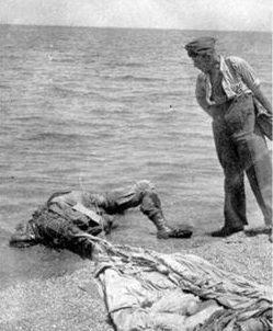 Труп десантника, приземлившегося в море около Крита. Май 1941 г.