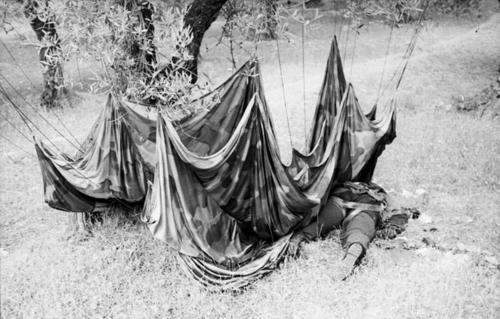 Погибший немецкий десантник на Крите. Май 1941 г.