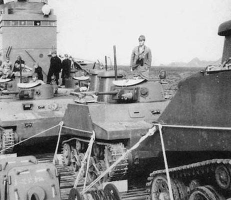 Танки-амфибии Ка-Ми типа 2, направляющиеся к Маршалловым островам. 1943 г.