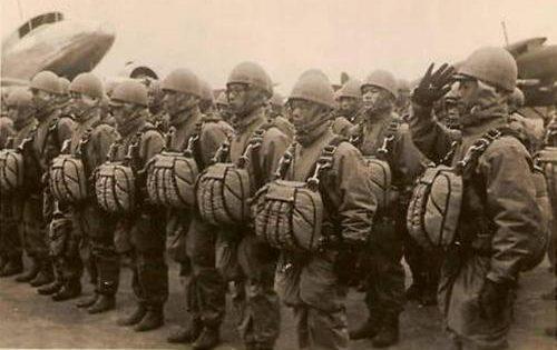 Армейские десантники перед вылетом. 1941 г.