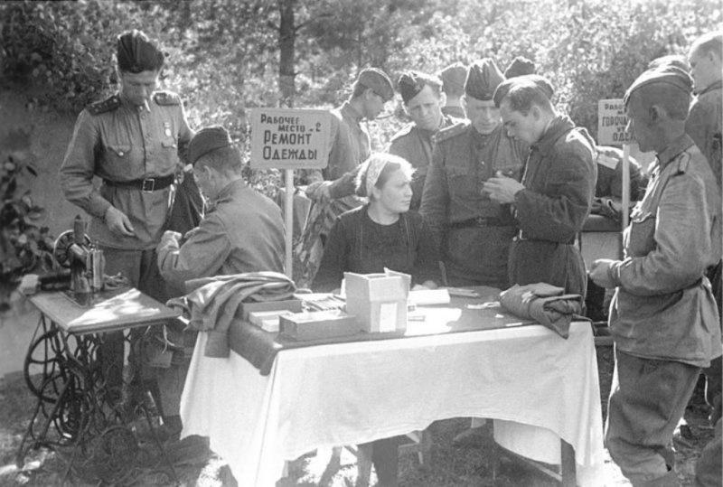 Портняжная походная мастерская на Западном фронте. 1943 г.