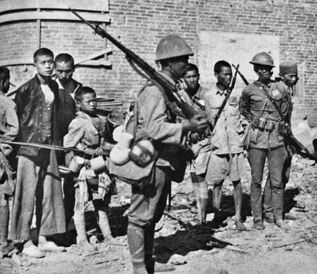 Японцы охраняют пленных китайских солдат, захваченных у Чжэцзян-Цзянси. Сентябрь 1942 г.