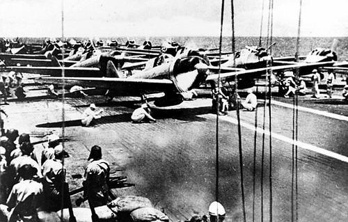 Истребители Mitsubishi A6M2 на палубе авианосца «Шокаку» во время сражения на островах Санта-Крус, Соломоновы Острова. 26 октября 1942 г.