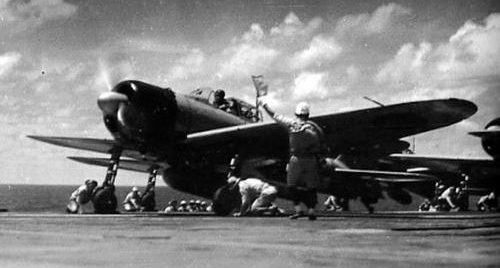Истребители взлетают с авианосца «Сёкаку» во время битвы при Санта-Крус. Октябрь 1942 г.