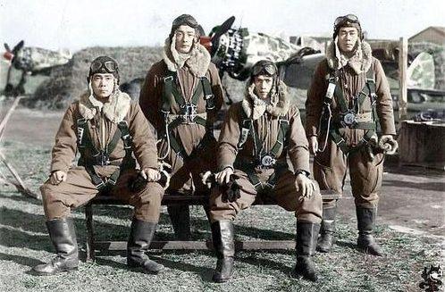 Японские летчики-истребители 244-й эскадрильи из Чофу. 1944 г.