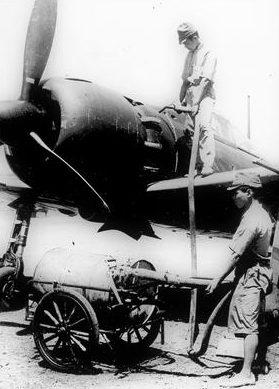 Заправка самолета Mitsubishi A6M5 Zero. Сайпан, Марианские острова,1944 г.