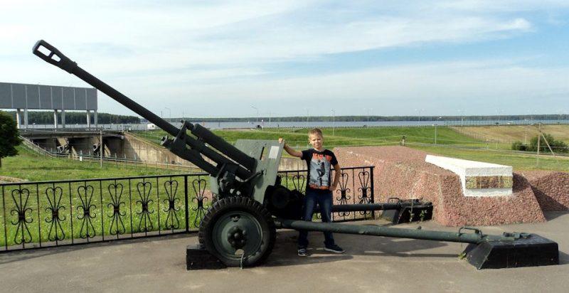 Памятник-пушка на мемориале.