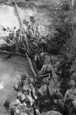 Японские войска пересекают реку Чиндвин в Бирме во время сезона муссонов. 1942 г.