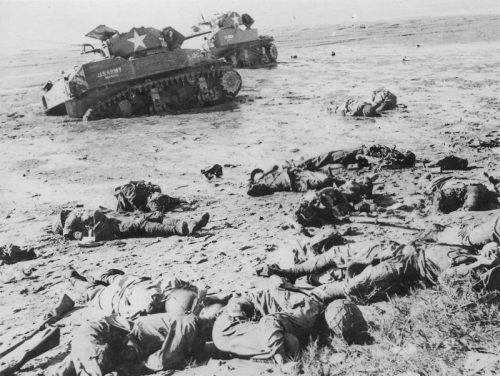 Американские танки M3 «Стюарт» и убитые японские солдаты на берегу бухты острова Сайпан. Июнь 1944 г.