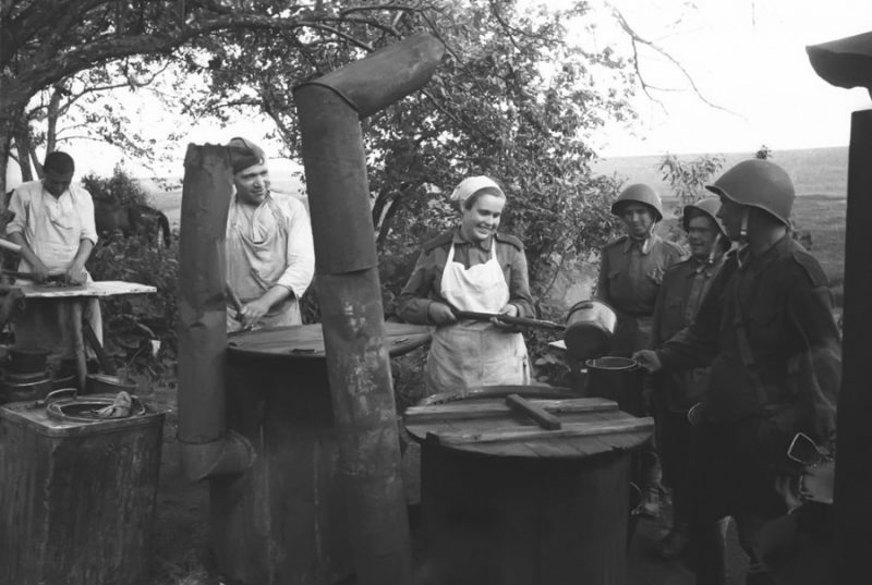 Выдача горячей пищи на полевой кухне. 1943 год.