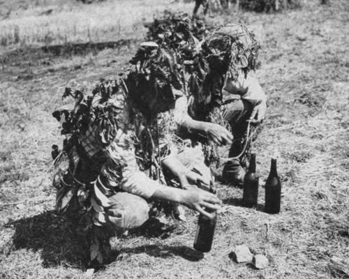 Японские солдаты готовят бензиновые бомбы для борьбы с британскими танками. Бирма, 1942 г.