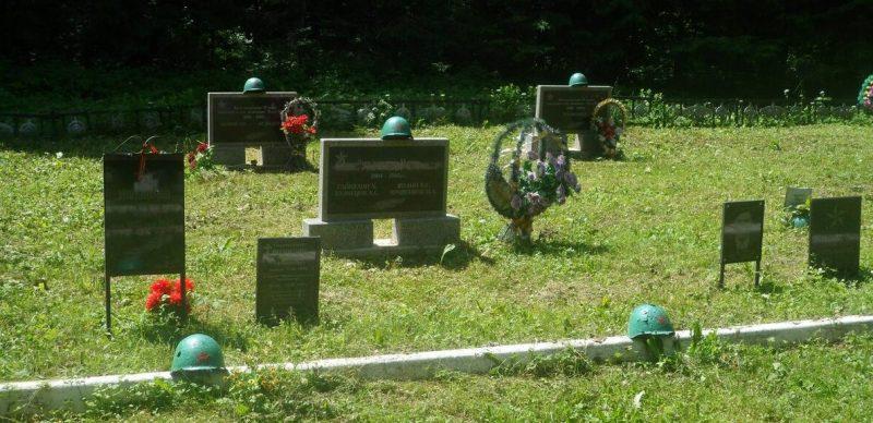 Братские могилы на мемориале.