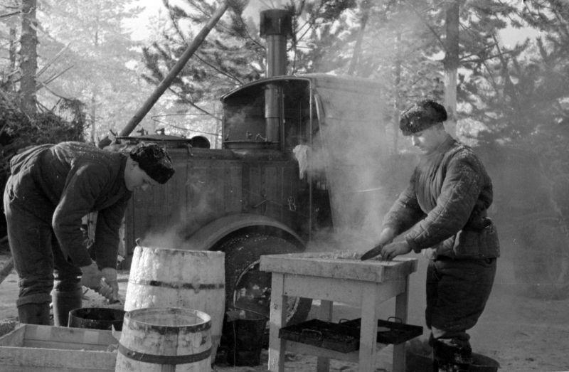 Приготовление обеда на сорокаградусном морозе. Карельский перешеек. 1940 г.