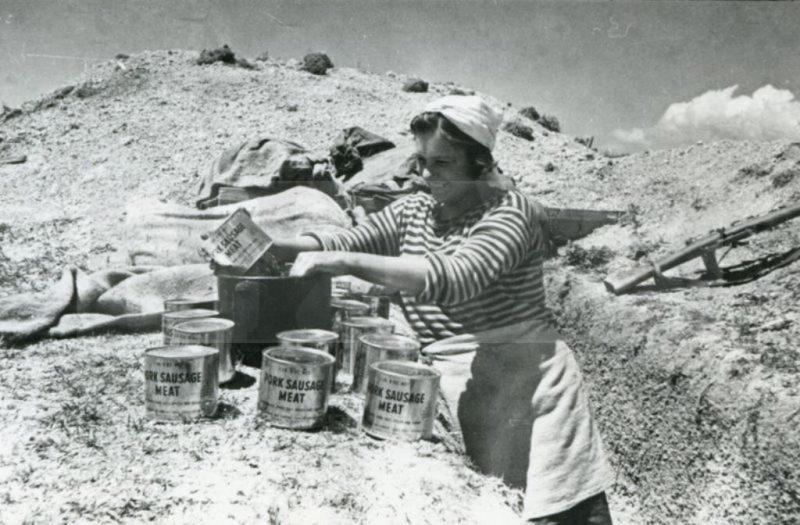 Саша Белашова, повар 255 бригады морской пехоты, готовит обед на передовой. Малая земля. 1943 г.