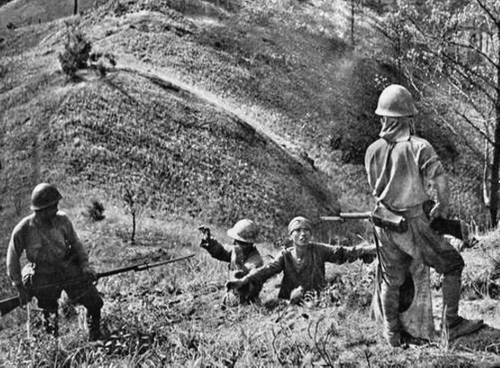 Японские солдаты берут в плен китайцев. Бирма, 1942 г.