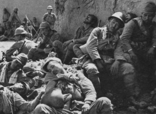 Войска отдыхают после взятия деревни. Бирма, 1942 г.