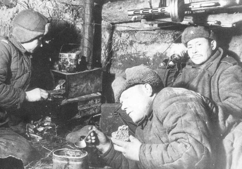 Обед в блиндаже. 1942 г.